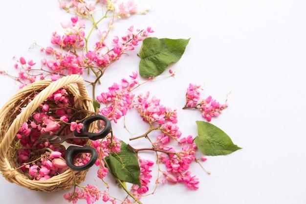 ピンクの花のアレンジメントとはさみのペア