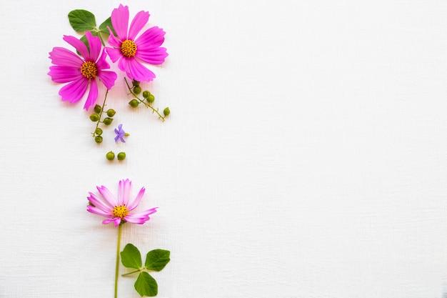 ピンクの花コスモスアレンジメントフラットレイスタイル