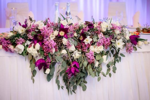 신혼 부부를위한 저녁 식사 테이블에 핑크 꽃 거짓말