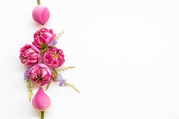 ピンクの花蓮のアレンジメントフラットレイポストカードスタイル