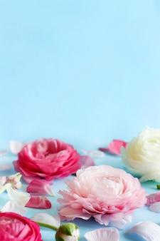 밝은 파란색 배경 복사 공간에 핑크 꽃,