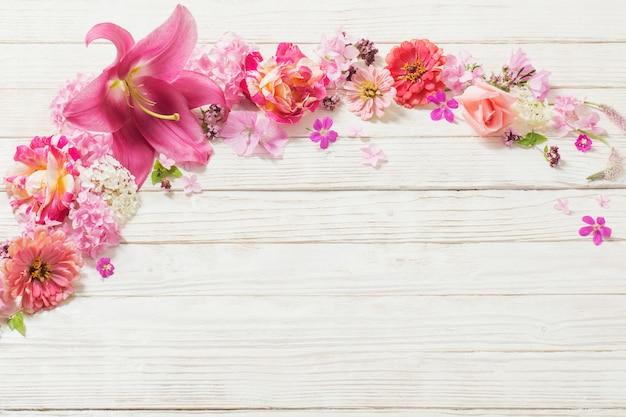 흰색 나무 바탕에 핑크 꽃
