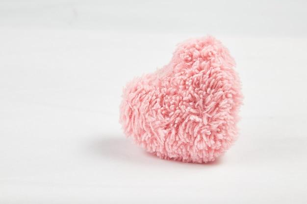 흰색 배경에 고립 된 분홍색 솜 털 마음