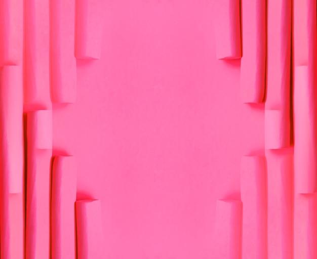 Розовые бигуди из пеноматериала на мягком пастельном фоне. аксессуары для волос. абстрактная рамка.