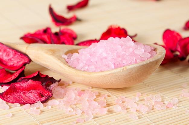 Розовая ароматная соль для ванн на ложке