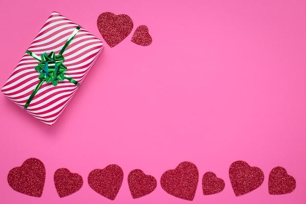 Розовая рамка с сердечками. день святого валентина и концепция любви.