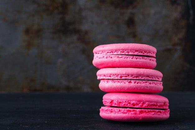 素朴な背景にピンクのフランスのマカロン