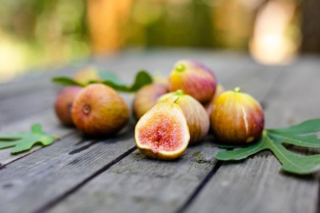 木製のテーブルの上のピンクの新鮮なイチジク