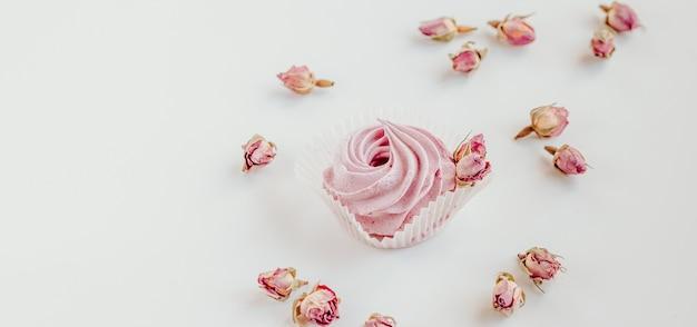 Розовый фруктовый зефир и сушеные бутоны роз.
