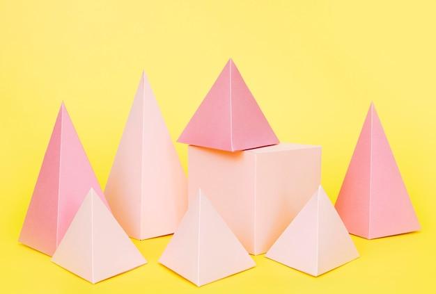 ピンクの幾何学的な紙のオブジェクト