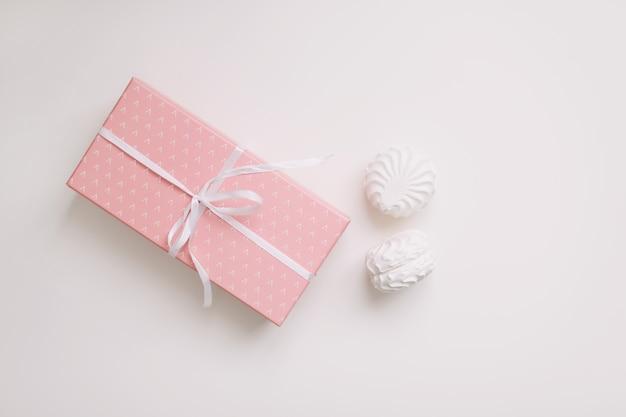 白い背景の上の弓とピンクのギフトボックス Premium写真