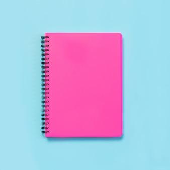 ピンクの女の子らしい学用品、青のノート。平面図、フラットレイアウト。