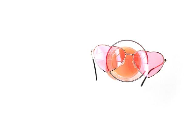 심장의 모양에 분홍색 안경 흰색 배경에 칵테일 잔에 거짓말
