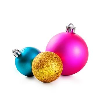 Розовые, золотые и синие новогодние шары на белом фоне. элемент дизайна
