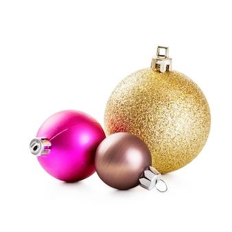 Розовые, золотые и коричневые новогодние шары на белом фоне. элементы дизайна