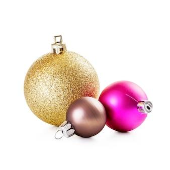 Розовые, золотые и коричневые елочные шары на белом фоне обтравочного контура включены