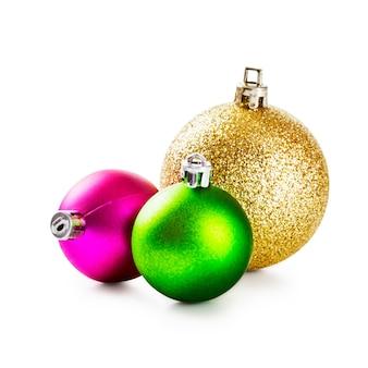 Розовые, зеленые и золотые новогодние шары на белом фоне. элементы дизайна