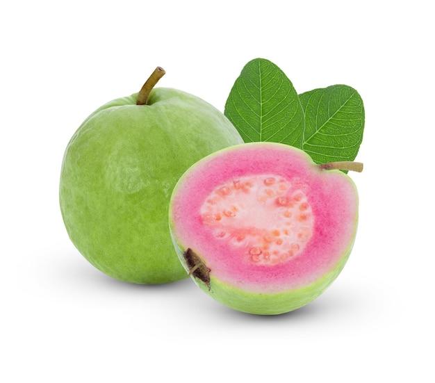 Розовая гуава, изолированные на белом фоне