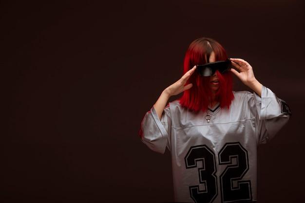 아방가르드 스타일의 춤 핑크 머리 소녀.