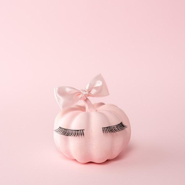 ピンクの蝶ネクタイとピンクのハロウィーンのカボチャ