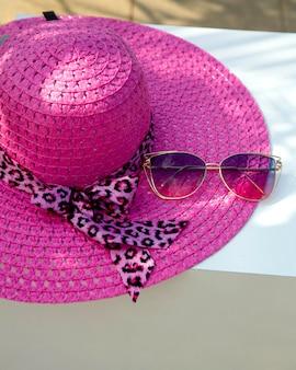 분홍색 모자와 태양 안경