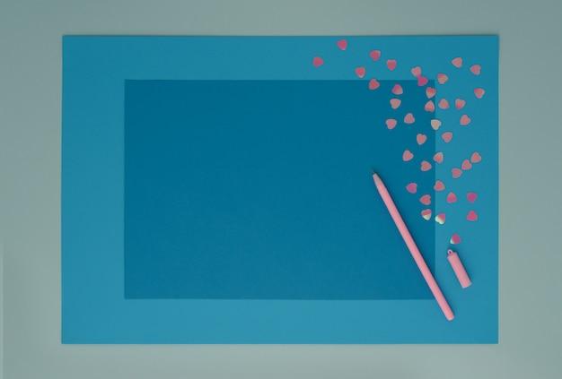 Розовое сердце и ручка на голубом дереве слои бумаги фон