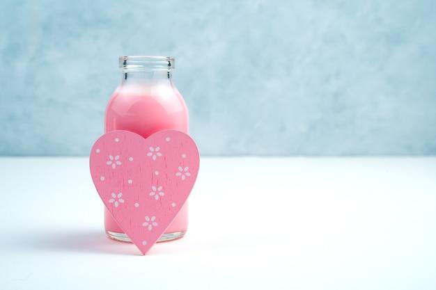 ピンクの飲み物とボトルのピンクのハート