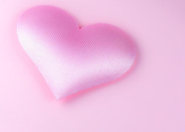 ピンクの背景にピンクのハート。聖バレンタインデーのコンセプト。愛とロマンチックな写真。休日のはがき。愛を込めて美しい暖かい壁紙。ソフトフォーカス。スペースをコピーします。