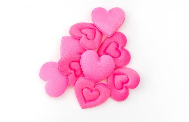Il cuscino del cuore rosa su sfondo bianco.