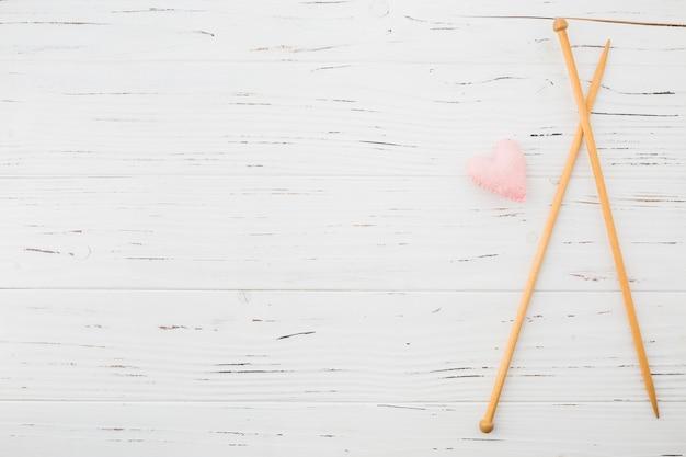 핑크 하트 모양 쿠션과 크로 셰 뜨개질 판자