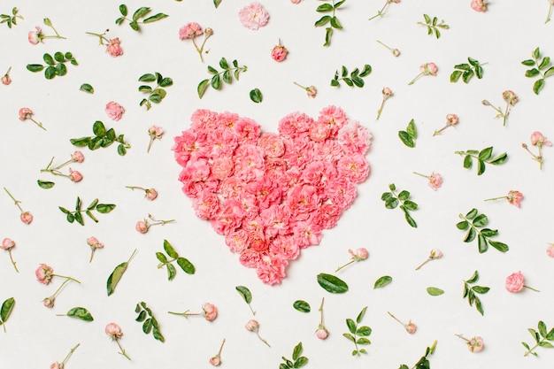 花から作られたピンクのハート型