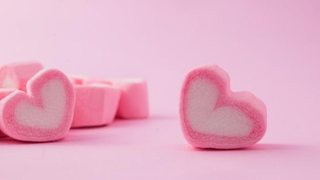 분홍색 배경으로 핑크 하트 모양의 멜로