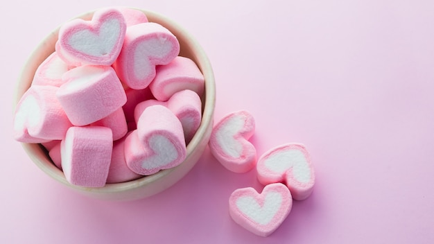 분홍색 배경으로 핑크 하트 모양의 마쉬 멜로우