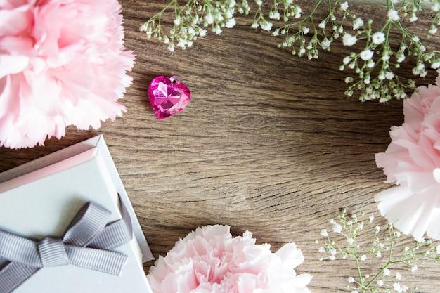 선물 상자와 카네이션 꽃 핑크 하트