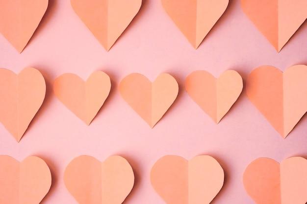 ピンクのハートは、ピンクの背景、上面図に色紙から切り取った。モノクロ色のバレンタインデーのコンセプト。