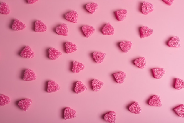 파스텔 핑크 바탕에 핑크 하트입니다. 발렌타인 데이에 대한 낭만적 인 배경