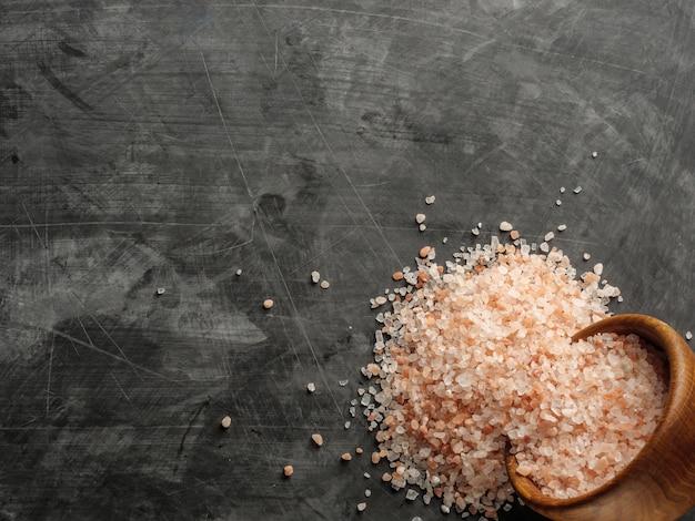 木造の器にピンクのヒマラヤの塩、近くに塩をまぶした。