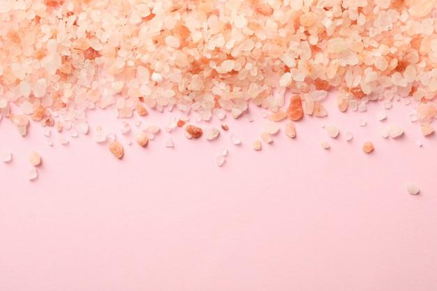 ピンクの背景にピンクのヒマラヤの塩
