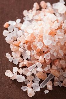 木製の背景の上のピンクのヒマラヤ塩