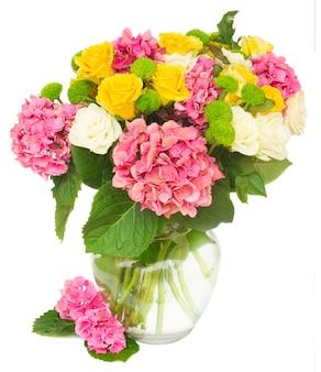 分離された花瓶に白と黄色のバラとピンクのオルテンシアの花