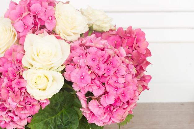 白いバラとピンクのオルテンシアの花がクローズアップ
