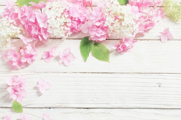 Розовая гортензия на белом дереве