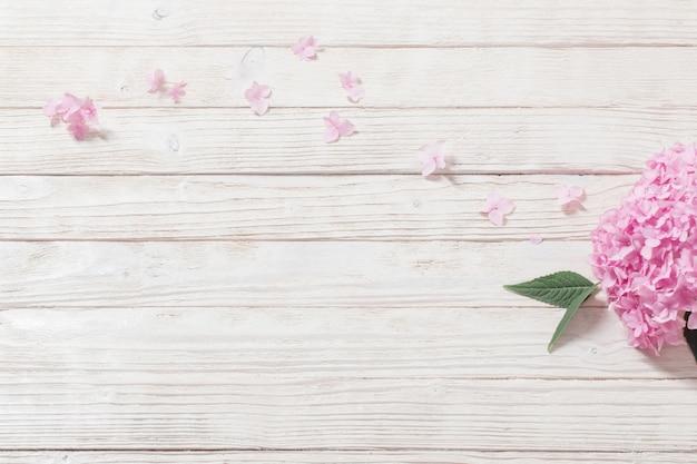 白い木製のピンクのアジサイ