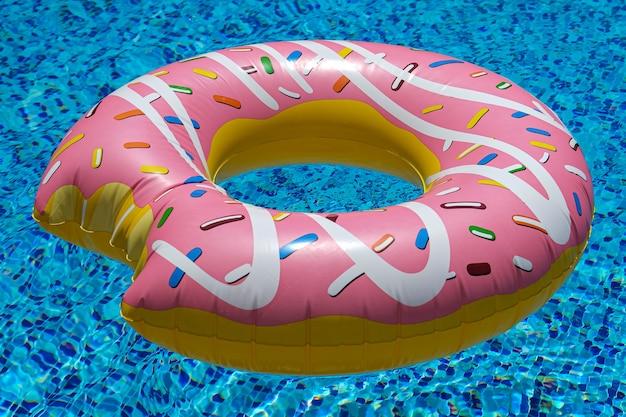 スイミングプールのピンクのインフレータブルドーナツフローティングマットレス