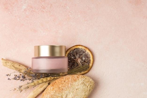 천연 재료로 만든 핑크색 크림 병