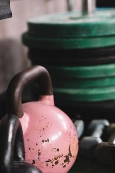 체육관에서 핑크 kettlebell