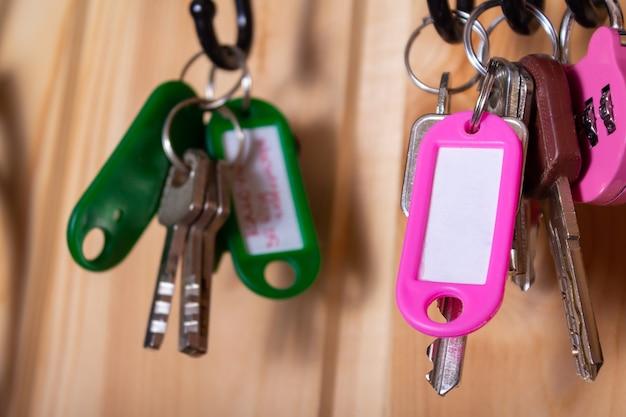 コピースペースのあるピンクのキーホルダーをクローズアップ