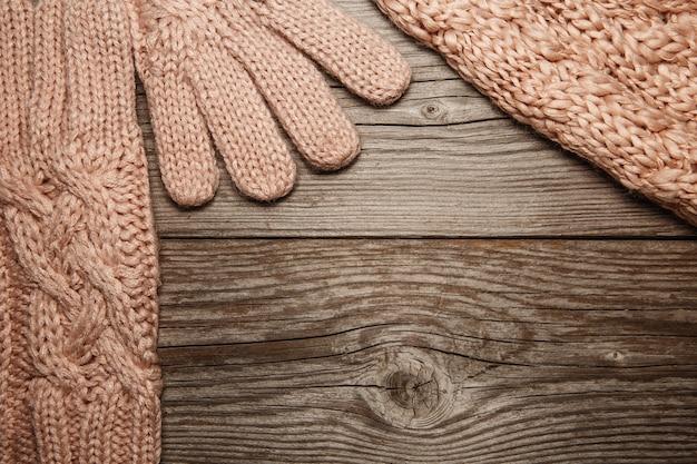 古い素朴なピンクのニットの暖かい手袋、帽子、シャーフ