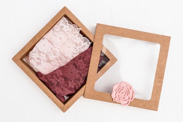 Розовые кружевные трусики в подарочной коробке