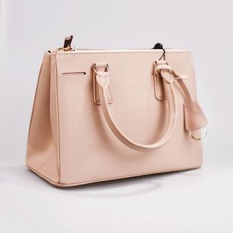 Розовая женская сумка на белом